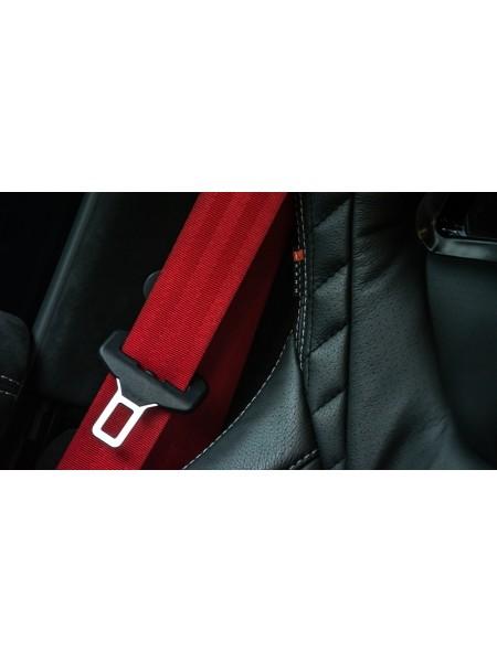 Пара красных ремней безопасности от Kahn Design для Land Rover Defender