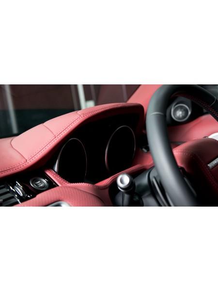 Перетяжка верхней части информационного табло и приборной панели в коже или алькантаре от Kahn Design для Range Rover Evoque